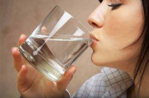 Зачем пить воду натощак по утрам